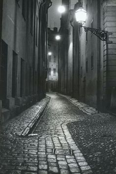 Uploaded by Sabina. Find images and videos about black and white, dark and night on We Heart It - the app to get lost in what you love. Surrealism Photography, Dark Photography, Night Photography, Black And White Photography, Street Photography, Dark City, Night Pictures, Night Aesthetic, Black And White Aesthetic