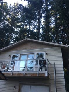Entire home/apt in Vancouver, US. This two bedroom upstairs guesthouse is separate from the main house and has its own keypad entrance. The apartment has a full kitchen, bath, tiled deck with gas BBQ, washer/dryer, private parking.  We have a full bed in the main bedroom, and a fu...