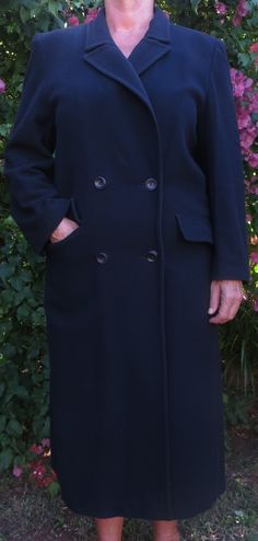 A long navy blue part cashmere, double breasted with two pockets in a straight cut. A light winter wool coat with a full lining, padded shoulders, a back flap and in great condition. Very slight damage to the lining in the back. Winter Coats, Straight Cut, Wool Coat, Coats For Women, Double Breasted, Cashmere, Raincoat, Navy Blue, Suit Jacket