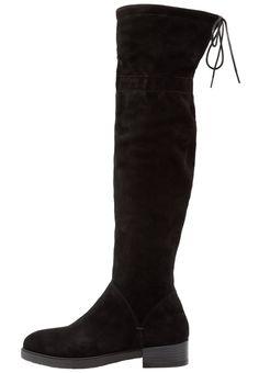 ¡Consigue este tipo de botas de caña alta de Cafènoir ahora! Haz clic para ver los detalles. Envíos gratis a toda España. CAFèNOIR Botas mosqueteras nero: CAFèNOIR Botas mosqueteras nero Zapatos   | Material exterior: cuero velour, Material interior: tela, Suela: fibra sintética, Plantilla: cuero | Zapatos ¡Haz tu pedido   y disfruta de gastos de enví-o gratuitos! (botas de caña alta, caña, cañas, mosquetera, mosqueteras, alta, xxl, altas, highland, rodilla, high, musketeer, tall...