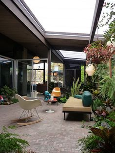 We would love to organise a party in this Eichler home's atrium. Casa Eichler, Maison Eichler, Patio Interior, Interior And Exterior, Outdoor Rooms, Outdoor Living, Outdoor Lounge, Indoor Outdoor, Modern Backyard Design