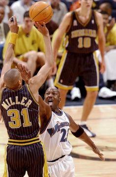 Reggie shoots over MJ, thats how you play defense I Love Basketball, Basketball Pictures, Basketball Legends, Sports Pictures, Basketball Players, Wizards Basketball, Larry Bird, Michael Jordan Washington Wizards, Reggie Miller