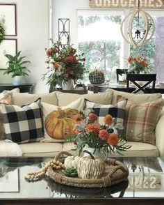 26 Fall Decor Ideas for Your Living Room Design The post 26 Fall Decor Ideas for Your Living Room Design appeared first on Wohnaccessoires. Fall Home Decor, Autumn Home, Cozy Living Rooms, Living Room Decor, Country Decor, Farmhouse Decor, Farmhouse Style, Farmhouse Ideas, Halloween Living Room