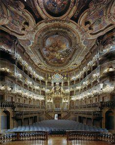Il teatro dell'opera dei Margravi è un teatro barocco del XVIII secolo sito a Bayreuth.(Opera Houses: Large Scale Photos by David Leventi: http://www.playmagazine.info/opera-houses-large-scale-photos-by-david-leventi/)