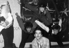 """В галерее """"АССА"""". Слева направо: Крисанов, Виктор Цой, Тимур Новиков, Джоанна Стингрей и Георгий Гурьянов, 1985 год"""