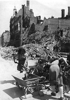 1946-Aufraeumen in der Jaegerstrasse in Mitte.