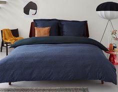 Der Bettbezug Cosmos aus Baumwolle besteht aus einem kaleidoskopischen Muster, das aus spitzenartigen Blumenmotiven aufgebaut ist. Diese mit schwarzem Garn dezent eingewebten Motive sorgen auf einem unifarbenen, dunkelblauen Hintergrund für ein schönes Relief. Dies ist ein hochwertiges Jacquard-gewebtes Muster. #aupingde #bett #bed #bettwäsche #bedlinen #schlafzimmer #bedroom #boxspringbett #boxspring