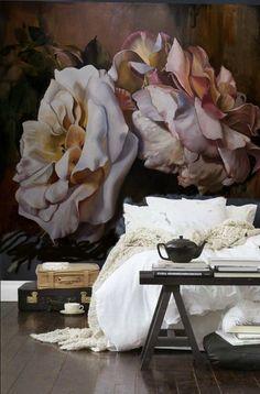 Фото из статьи: Как использовать обои и текстиль с цветочным узором в интерьере