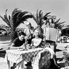 Sundays are for family, overeating and old Greek movies in bed! What's your favourite childhood Sunday memory? Old Greek, Actor Studio, Ace Of Spades, Cinema Room, Classic Movies, Aphrodite, Old School, Actors & Actresses, Greece
