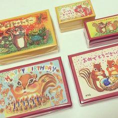 西光亭のスイーツメニューは色々とある中、特にクッキーが大人気♪ その秘密は、クッキーが入っている小箱なんです。  小箱には、なんと可愛らしいリスのイラストが描かれています。 その種類はおよそ270種類というから驚き!!  乙女心をくすぐる小箱は、可愛くってたくさん集めたくなってしまいます。