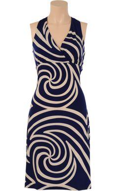 Feminines Kleid mit grafischem Muster und Wickeloptik-Dekolleté. Die Träger werden im Nacken zusammengehalten. Zusammen mit dem schmalen Rückenteil entsteht eine schöne T-Form. - Kinglouie By Exota
