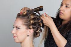 3: Começando com a parte de baixo, prossiga com as mechas usando as técnicas acima (spray, onda, grampos) e trabalhe todo o cabelo.  A parte da frente, ao redor do rosto, deve ser enrolada para trás, como mostra a foto.