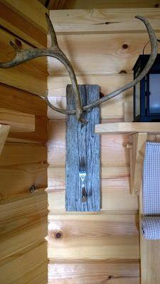 Harmaa lauta, pikkuiset poronsarvet ja haarukka - naulakko grillikotaan. Barn wood, fork and reindeer horns.