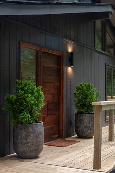 like the color of the door with the dark siding Black House Exterior, House Paint Exterior, Exterior Siding, Exterior Design, Wood Siding, Modern Entrance Door, House Entrance, Garden In The Woods, House In The Woods