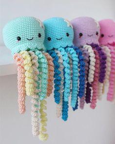 Lindo juguete pulpo Crochet para prematuro confeccionada con hilado 100% algodón, relleno de poliéster, ojos de seguridad y mucho amor. Amigurumi pulpo disponible en 4 colores diferentes, sólo tienes que elegir tu favorito. Aprox. 25 cm de largo. Sería un regalo perfecto para