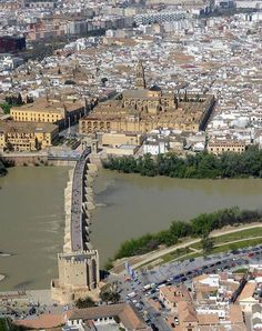 le fleuve Guadalquivir (الوادي الكبير ) , le pont romain et la mosquée de Cordoue - Andalousie - Spain Travel, France Travel, Travel Usa, Cordoba Andalucia, Andalucia Spain, Places To Travel, Places To Visit, Spain Culture, Spain Holidays