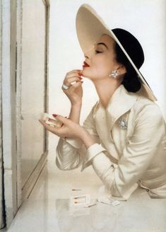 by John Rawlings, Vogue US -Capeline Glamour Vintage, Vogue Vintage, Moda Vintage, Vintage Beauty, Vintage Dior, Vintage Makeup, 50s Vintage, Vintage Style, Foto Fashion