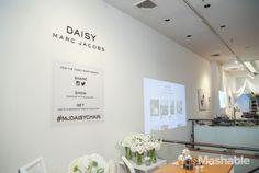 Pour promouvoir son parfum Daisy, Marc Jacobs a ouvert un pop up store à New York, où les clients ont reçu des cadeaux en échange de messages sur les réseaux sociaux.