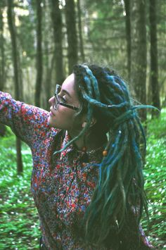 everything about this lady is lovely.. especially her vibrant locks.. <3 amazing