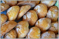 BISCOITOS ECONÓMICOS Ingredientes: 2 chávenas de açúcar 1 chávena de azeite 4 ovos Farinha de trigo q.b. (quase 1 kg) 1 colher de chá de fermento em pó 1 colher de chá de canela ½ cálice de aguardente (opcional) Raspa da casca de ½ limão 1 gema para pincelar Preparação: Numa taça grande colocar os ovos e o açúcar. Bater bem. Juntar o azeite, a raspa de limão, a canela e a aguardente. Bate-se novamente até a mistura estar homogénea. De seguida, juntar o fermento e adicionar aos poucos a…