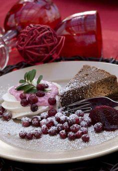 Chocolate nut cake served with berries / Suklaakakku pähkinöillä
