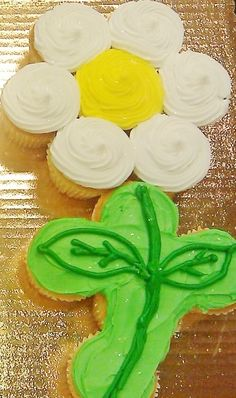 cupcake cake....pull apart cupcakes perfect for your summer parties..no knives cutting required!