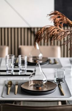 // a c c e s s o r i e s : p l a c e s e t t i n g Restaurant Table Setting, Restaurant Tables, Cafe Restaurant, Dining Ware, Luxury Restaurant, Luxury Dining Room, Food Design, Food Presentation, Table Settings