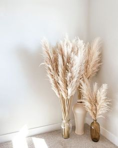 Summer decor ideas: pampas grass Home Decor Wall Art, Living Room Decor, Bedroom Decor, Entryway Decor, Dried Flower Arrangements, Dried Flowers, Vase Arrangements, Decoration Inspiration, Decor Ideas