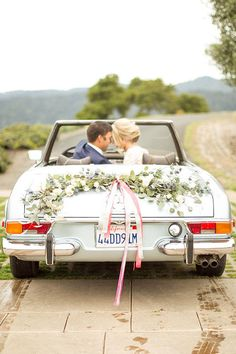 Autoschmuck, Hochzeit, Deko, Hochzeitsauto A country wedding and reception style generally is the cheaper subjects Vintage Car Decor, Cars Vintage, Country Wedding Inspiration, Wedding Photography Inspiration, Wedding Exits, Wedding Photos, Wedding Cars, Wedding Ideas, Rustic Wedding