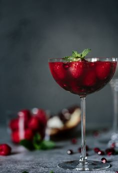 This Raspberry and Pomegranate Rosé Summer Cocktail is made with honey simple syrup, gin, pomegranate juice, and sparkling rosé and served with fresh fruit. Pomegranate Cocktails, Pomegranate Juice, Fruit Recipes, Smoothie Recipes, Drink Recipes, Passion Fruit Juice, Oranges And Lemons, Summer Cocktails, Refreshing Drinks
