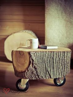 Ihr müsst bald einen Baum fällen oder habt sogar noch Holzreste über? Dann solltet ihr euch unbedingt ein schönes Stück Baumstamm aufbewahren, denn daraus lässt sich, wie ihr seht, ein toller Beistelltisch bauen. Einfach den Baumstamm trocknen lassen, ggf. abschleifen, lackieren und Möbelrollen (gibt's im Baumarkt) befestigen