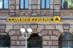 Steuertricks: Warum hat Schäuble die Commerzbank nicht gestoppt?  Mehr Schein als Sein. Offensiv versucht die Commerzbank in Reklamefilmchen seit mehr als drei Jahren ihr Image aufzupolieren. Die Bank, die Fehler bei sich sucht, die Bank, die ihr Verhalten geändert hat, die Bank, die offen die Finanzkrise angesprochen hat. Botschaften, die Filialleiterin Lena Kuske im Auftrag ihres Arbeitgebers verkündet.