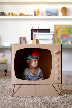 Pense bem antes de jogar fora caixas de papelão ou o rolinho de papel higiênico. Eles podem render brinquedos incríveis! Televisão de papelão