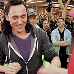 Tom Hiddleston signing autographs in Brisbane (August 2016) https://www.youtube.com/watch?v=8fQUTWyxbcI