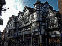 """Chester es una ciudad de tamaño intermedio, donde su centro tiene el aspecto y alma de un pueblo que invita a caminarse. Otra particularidad de Chester son los llamados """"rows"""", un estilo de desarrollo comercial medieval en forma de galerías de dos pisos. En su mayoría estas construcciones están pintadas en blanco y negro y son únicas en el mundo:"""