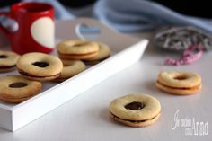 I biscotti del Tirolo sono dei golosissimi frollini preparati con una frolla friabile che si scioglie letteralmente in bocca e un ripieno super goloso...