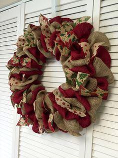 Corona de Navidad Roja y verde arpillera por ContemporaryCrafting