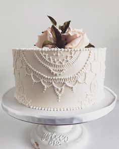 Royal icing piping with sugar roses, greenery. Beautiful Wedding Cakes, Gorgeous Cakes, Pretty Cakes, Amazing Cakes, Royal Icing Piping, Royal Icing Cakes, Wedding Desserts, Wedding Cookies, Piece Of Cakes
