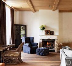 Первая гостиная. Полы изфранцузского дуба fumé, потолок отделан отечественным дубом. Камин изготовлен на заказ.