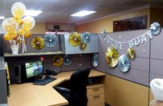Desk Celebration Decorations That Are Way Too Fun For Work - Paper wheel design Cubicle Birthday Decorations, Happy Birthday Decor, Office Christmas Decorations, Desk Decorations, Birthday Cake, Work Cubicle Decor, Work Desk Decor, Office Space Decor, Cubicle Ideas