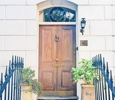 16 of the most beautiful doorways you need to see Exterior Wood Paint, Exterior Doors, Beautiful Front Doors, Farmhouse Front Porches, Cottage Door, Painted Front Doors, Front Door Colors, Door Furniture, Front Entrances