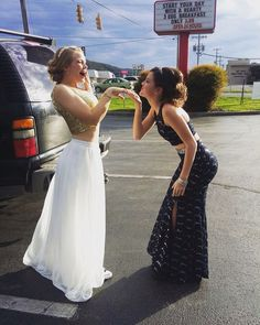Images and videos of prom pictures Homecoming Pictures, Prom Photos, Prom Pics, Pretty Prom Dresses, Simple Prom Dress, Formal Dresses, Prom Picture Poses, Picture Ideas, Prom Photography
