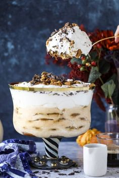 This pumpkin tiramisu made into a trifle has all the wonderful holiday flavors of maple and spices and uses gingersnap cookies as the base! Trifle Dish, Trifle Desserts, Trifle Recipe, Dessert Recipes, Custard Desserts, Pudding Desserts, Party Recipes, Dessert Bars, Cupcake Recipes
