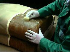 Come riparare un divano in pelle togliendone eventuali graffi: http://www.bricolageonline.net/285/riparazione-divani-superfici-in-pelle.htm