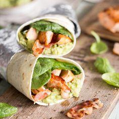 Thunfisch Creme gehört zu den beliebtesten Füllungen für frische Wraps. Mit Avocado Salat, Tomaten, Sellerie und Kräutern eine runde Sache.