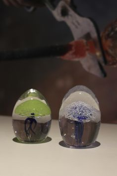Blown-glass paperweights, by Julienne Daniaux, Glass Blower, France - Presse-papiers en verre soufflé, création de Julienne Daniaux, Maître Verrier, France.