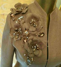 Asmaa's media content and analytics Embroidery Fashion, Embroidery Jewelry, Embroidery Dress, Beaded Embroidery, Hand Embroidery, Embroidery Designs, Fabric Flower Brooch, Fabric Flowers, Couture Details