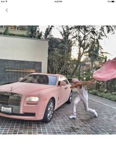 Lux Matte Pink Rolls Royce Fullah to the right needs to move tf away from the car, get tf off my screen I just wanna see the car Tyvm Voiture Rolls Royce, Rolls Royce Cars, Luxury Sports Cars, Sport Cars, Fancy Cars, Cool Cars, Maserati, Bugatti, Supercars