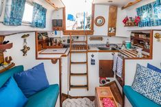 Mark Your Rental Space With These Simple Decorating Tips Houseboat Rentals, Houseboat Living, Sailboat Interior, Yacht Interior, Tiny Loft, Small Yachts, Sailboat Living, Boat Decor, Interior Decorating