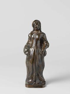 anoniem | Boerenmeisje, toegeschreven aan Pieter Xaveri, ca. 1675 | Zij staat op een vierhoekige plint met afgeschuinde hoeken, met de rechtervoet vooruit. Haar houding wijst op een beweging naar links, haar hoofd houdt zij in tegengestelde richting. Aan de rechterhand draagt zij een mof, de linker steekt in een split van de rok. Op het hoofd een soort kapje met in de nek afhangende doek. Onder het van voren gesloten lijfje met lange mouwen is het hemd bij de hals zichtbaar. De lange rok…